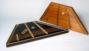 Tympanon - ancetre du piano - histoire du piano - accordeur de piano - magasin de piano suisse